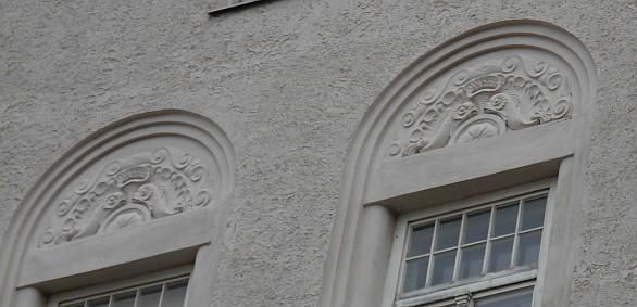 Detailaufnahme Fassade mit Delphinen